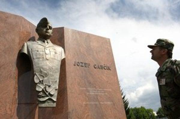 Pamätná tabuľa Jozefovi Gabčíkovi pred kasárňami piateho pluku špeciálneho určenia v Žiline.