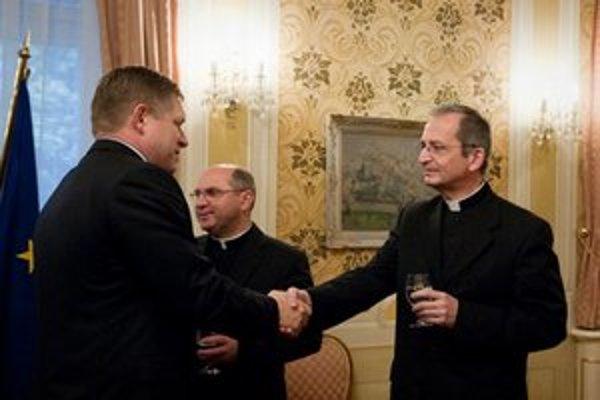 Predseda Konferencie biskupov Slovenska, arcibiskup Stanislav Zvolenský a premiér SR Robert Fico počas stretnutia s predstaviteľmi cirkví.