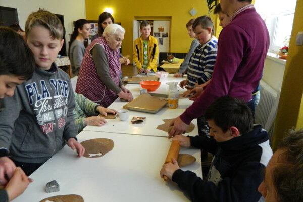 Pri pečení medovníkov pomáhali aj deti zo Základnej školy Horelica.