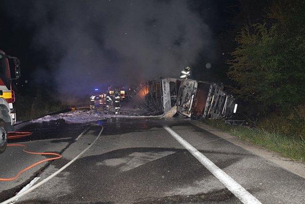 Pri dopravnej nehode došlo k ťažkému zraneniu vodiča dodávky, ktorý bol prevezený do nemocnice.