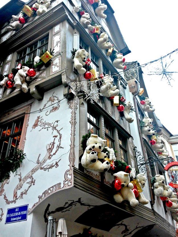 Vianoce klopú na dvere. Miestni obyvatelia si naozaj dávajú záležať na veľkolepej výzdobe. Blížiace sa Vianoce cítiť na každom kroku. Domy v úzkom či širšom centre sú prezdobené rôznymi motívmi. Niekde visia z okien Mikulášovia, inde zase soby a ďalší stavajú na plyšových macíkov. Nikto sa nedá zahanbiť, každý hotel či domácnosť signalizuje, že mu najkrajšie sviatky roka nie sú ľahostajné.