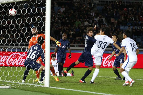 Mu Kanazaki (s číslom 33) strieľa víťazný gól tímu Kašima Antlers.