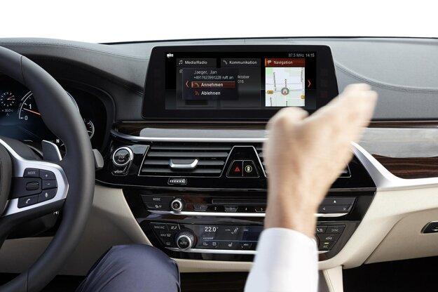 Niektoré funkcie môžu byť ovládané gestami. Na pohon novej limuzíny slúži zatiaľ štvorica úsporných motorov, ktoré pokrývajú výkonový rozsah od 140 kW do 250 kW.