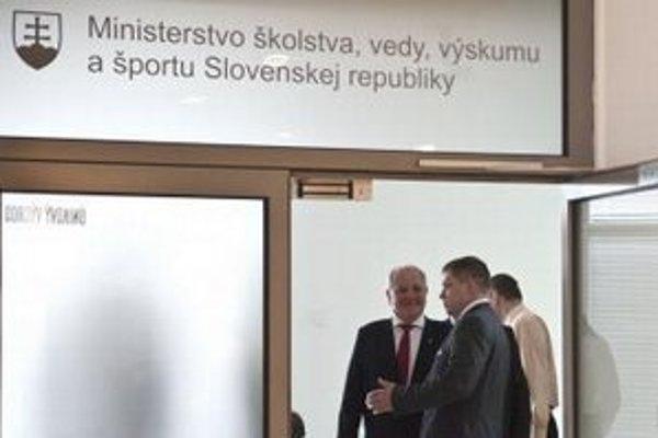 Minister školstva Dušana Čaploviča s predsedom vlády Robertom Ficom na Ministerstve školstva v Bratislave.
