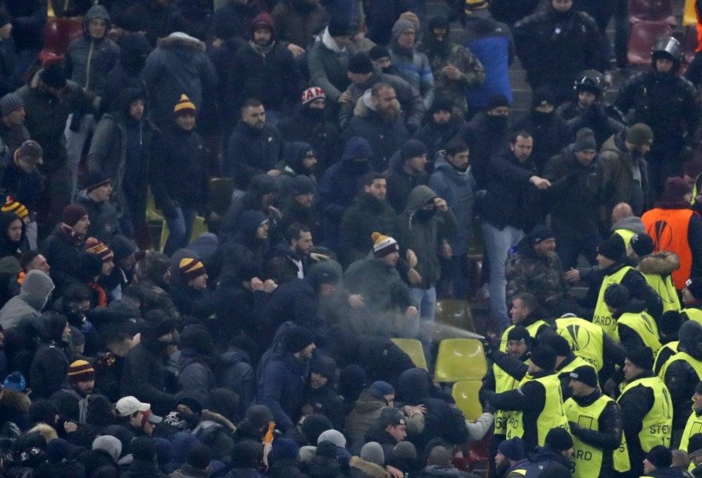 Členovia usporiadateľskej služby striekajú slzný plyn na fanúšikov Ríma počas zápasu 6. kola Európskej ligy skupiny E Astra Giurgiu - AS Rím v Bukurešti. FOTO - TASR/AP