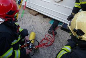 Hasičov a zdravotníkov preverila simulovaná nehoda áut.