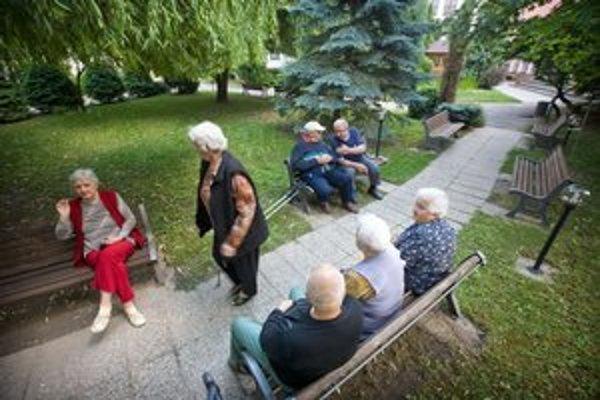 Dôchodcovia budú v domovoch platiť menej, samosprávy viac.
