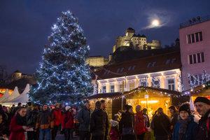 Vianočný strom na námestí - 13 metrov vysoká Jedľa srienistá, ktorá vyrástla neďaleko Trenčína v obci Svinná.