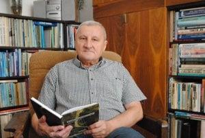 Ján Petrík. S knihou Kyseľ vSlovenskom raji.