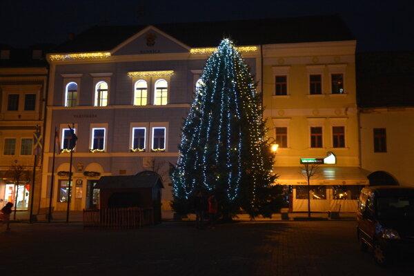 Vianočný stromček na námestí. Nádhernú jedličku darovali Blaškovci Mestu Rožňava.