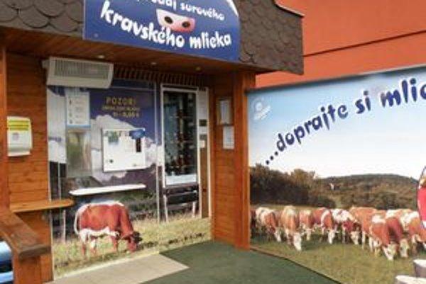 Automat zákazníkom ponúka surové nepasterizované mlieko.