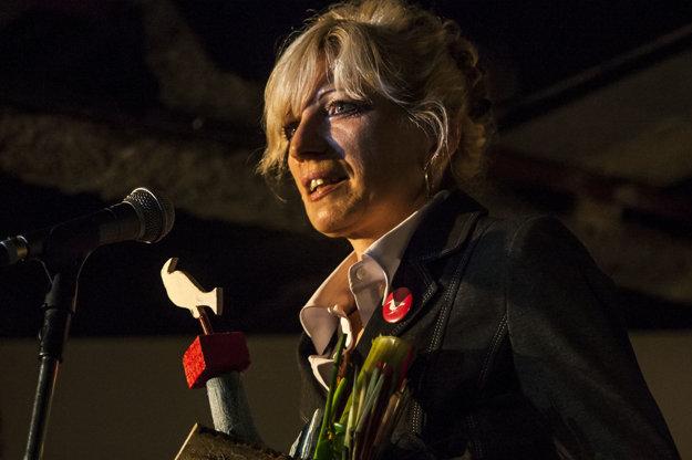 Ľubica Lapinová si preberá ocenenie Biela vrana.