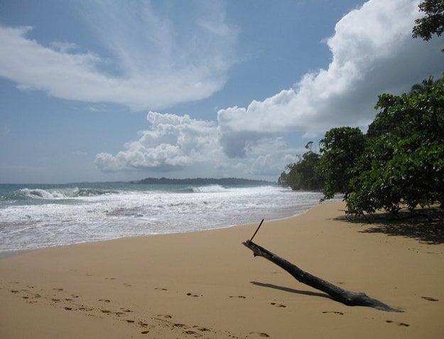 Na súostroví Bocas del Toro nájdete aj úplne opustené pláže Karibiku.
