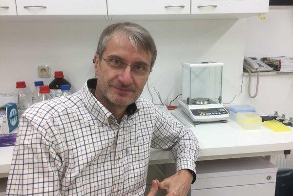 Róbert Mistrík v laboratóriu.