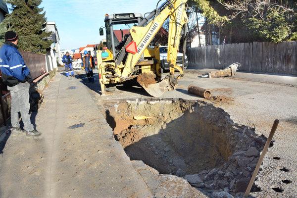 Robotníci už makajú. VVS opravuje potrubie.