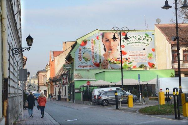 Keď vegetariánstvo škodí. Majiteľ najstaršej vegetariánskej reštaurácie v Košiciach statočne bojuje o prežitie. Táto reklama je síce povolená, ale v historickom centre mesta pôsobí nepatrične.