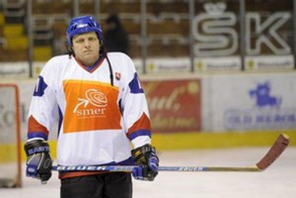 Fico lákal na hokej aj pred voľbami, v Trenčíne hral exhibičný hokejový zápas.