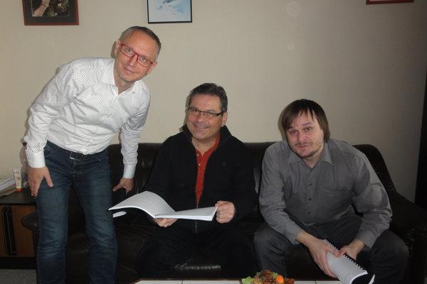 Časť tvorivého tímu inscenácie - zľava Svetozár Sprušanský, Laco Kerata a Adam Gold.