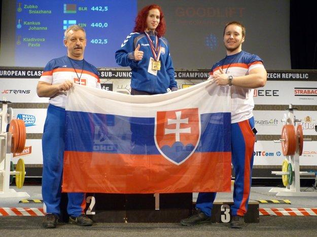 Silová trojbojárka avzpieračka Ivana Horná na stupni víťazov.