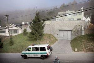 Policajné auto pred rezidenciou Juraja Ondrejčáka.