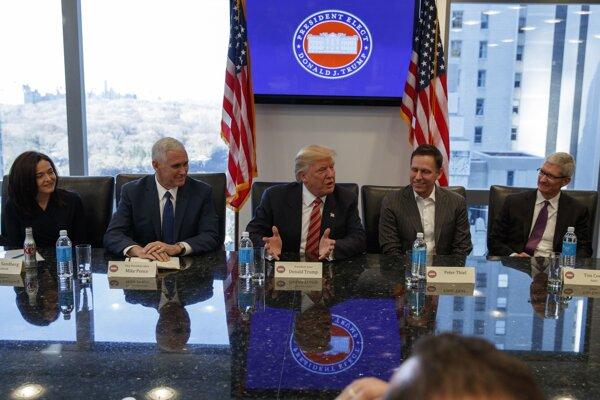 Donald Trump (uprostred) počas strenutia so šéfmi technologických gigantov ako Microsoft, Intel, Amazon, či Tesla.