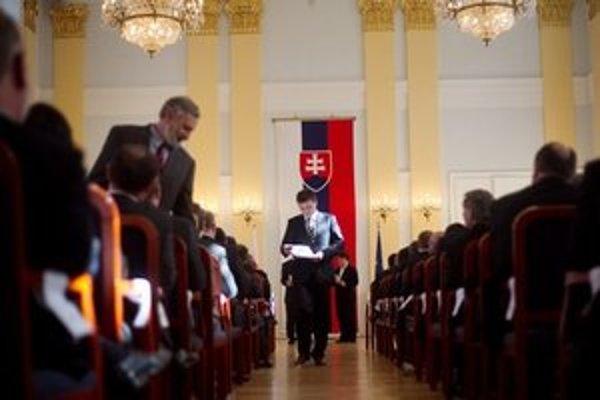 Alojz Hlina počas slávnostneho odovzdávania osvedčení o zvolení do Národnej rady.
