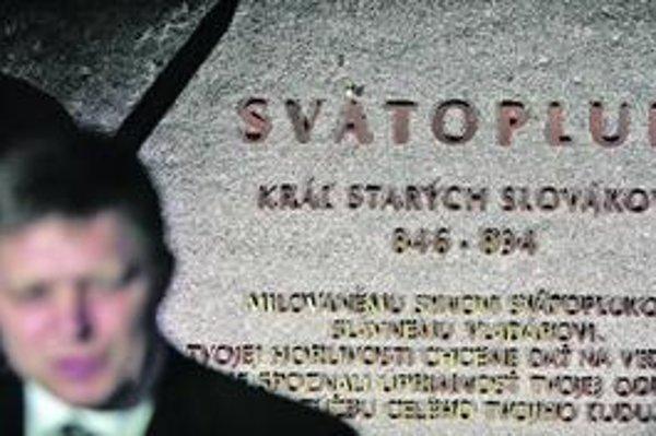 Odhaľovane Svätopluka prebehlo s pompou, nasledovali aj protesty. Dvojkríž je už skrytý za krytom.