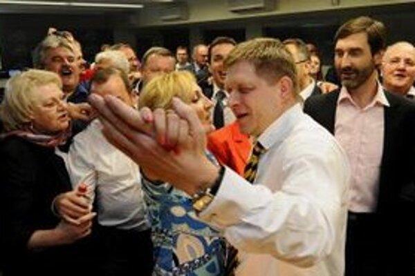 Predseda Smeru Robert Fico a stranícka kolegyňa Renáta Zmajkovičová tancujú v centrále strany v Bratislave počas volebnej noci 11. marca 2012.