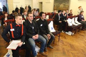 Na snímke súťažiaci študenti.