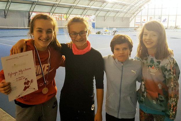 Semifinalistky štvorhry (zľava) Vivienne a Nelly Vighové, Romana Zelenayová (Empire Trnava), Ema Bolebruchová (Senica).