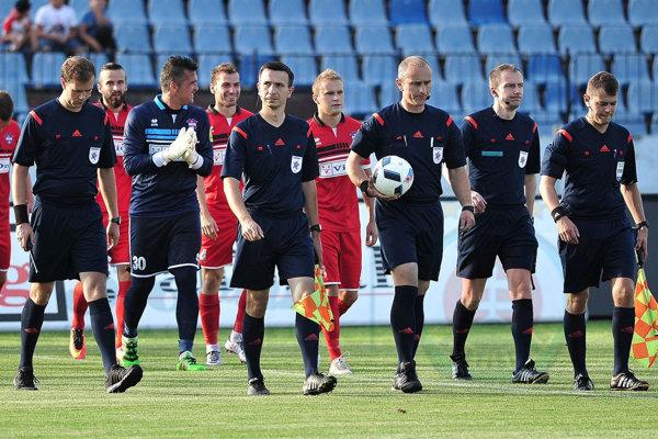 nton Ihring (druhý sprava) na stretnutí Slovan Bratislava – FC ViOn Zlaté Moravce.