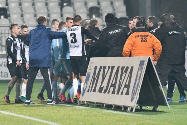 Roztržka medzi hráčmi Spartak Myjava a ŠK Slovan Bratislava počas zápasu 19. kola Fortuna ligy.