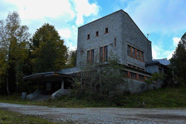 Schátraná budova. Navrhol ju architekt Dušan Jurkovič.
