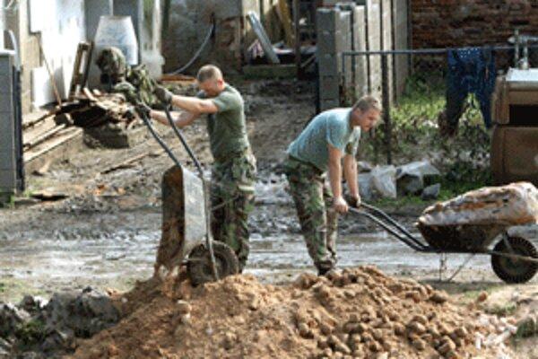 Vojaci po záplavách Handlovej výrazne pomohli.