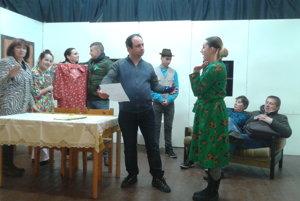 Iliašovskí divadelníci. Počas skúšky divadelnej hry Mastný hrniec.