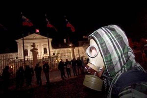 Demonštrant pred Prezidentským palácom.