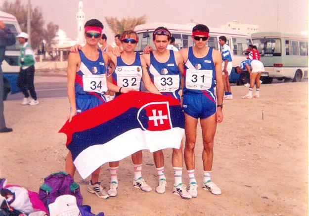 Oravčan (druhý zľava) so slovenskou reprezentáciou v Kuvajte.