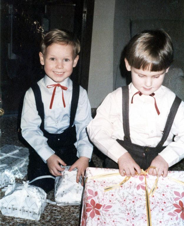 Snímka stará takmer tridsať rokov: Matej (vľavo) a Michal rozbaľujú darčeky pod vianočným stromčekom.