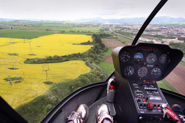 Pri leteckom postreku repky olejnej skutočne došlo k technickej závade lietadla, keď sa do filtračného zariadenia dostali zrnká piesku.