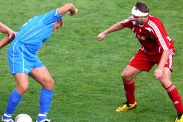 Michal Otočka (vpravo) so zakrvaveným obväzom na hlave.
