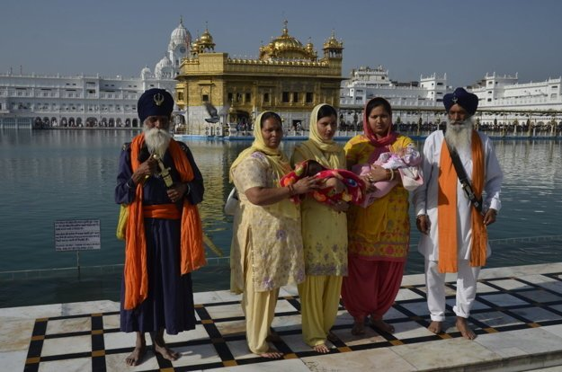 Pred indickým Zlatým palácom v Amritsare je vždy rušno, je to duchovné centrum Sikhov.