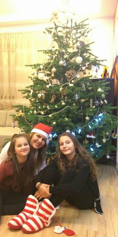 Už sa naladili. Vianočný stromček ozdobený, koláče napečené, takže herečka Bibiana Ondrejková s dcérami Grétkou a Bibkou už len čakajú, čo sa pod stromčekom objaví.