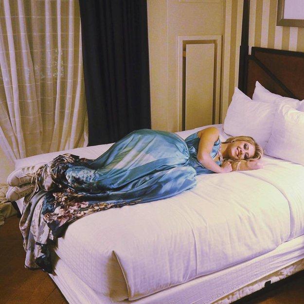 Konečne oddych. Česká zástupkyňa zaspala v teniskách a šatách.