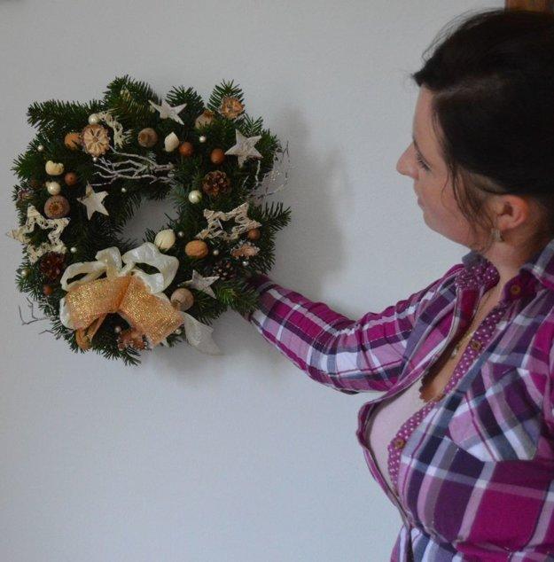 Vianočný veniec si môžeme zavesiť na dvere.