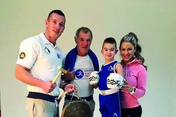 U Kovácsovcov sa box dedí. Na fotke vedľa Tomiho otec Pavol, syn Kristián amanželka fitneska Dominika.
