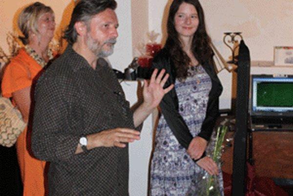 Bibliofíliu predstavil riaditeľ Galérie Velvet Ľuboš babarík a výtvarníčka Radka Cachovanová.