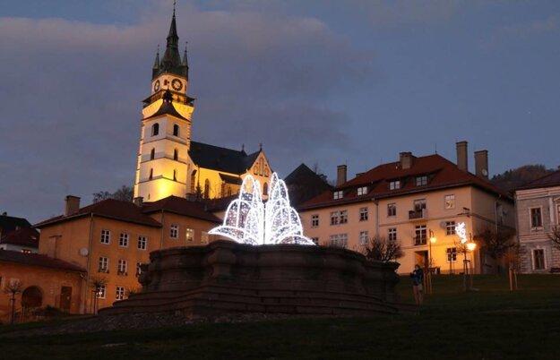 Vysvietená baroková fontána.