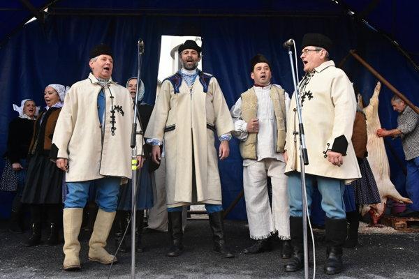 Na snímke členovia folklórnej skupiny Kopa počas tradičného Vianočného jarmoku na Námestí M. R. Štefánika v Myjave.