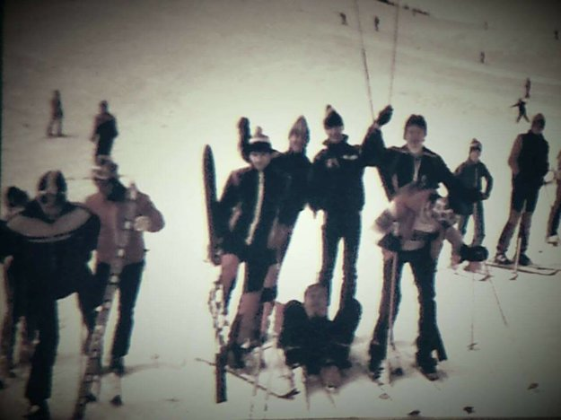 Gymnazisti na Malinnom Brde. Milan Moznik (na zemi) nám poslal fotku zroku 1982.