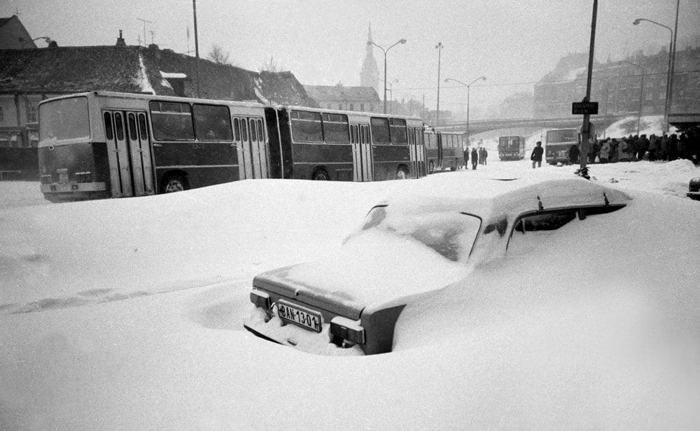 Na snímke z 12. januára 1987 je zaviate auto na Zochovej ulici v Bratislave. Hromady snehu znemožnili prejazdnosť na mnohých bratislavských uliciach.